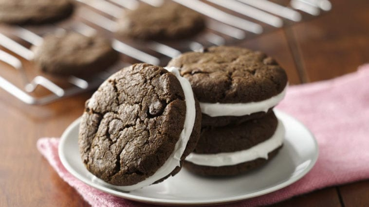 chocolate-sandwich-cookies-with-peppermint-frosting